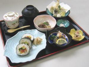 かなわの人気巻き寿司「かなわ寿司」の入った御膳です。